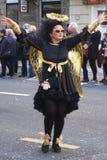 Риека, Хорватия, 3-ье марта 2019 Женщина в черном ангеле с золотым костюмом крыльев на масленице стоковые изображения rf