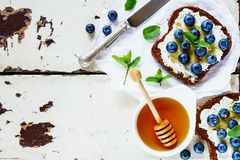 Рикотта, голубики и сандвичи меда Стоковые Изображения