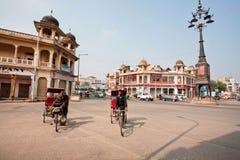 Рикша 2 велосипедов состязается в скорости на широкой улице стоковые фото