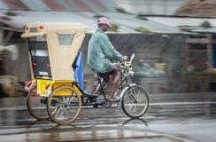 Рикша в дожде Стоковые Изображения