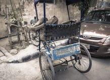 Рикша на улицах Хайдарабада в Индии принимая ворсину стоковые фото