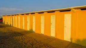 Римини - желтые кабины пляжа Стоковое Изображение