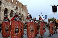 Римская армия около colosseum на параде старых romans историческом Стоковое Изображение