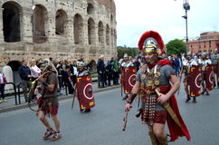 Римская армия около colosseum на параде старых romans историческом Стоковое Изображение RF