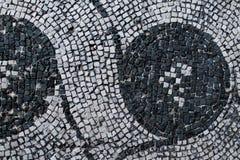 Римская мозаика с малыми черно-белыми камнями кроет representin черепицей Стоковые Изображения RF