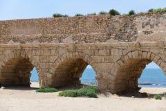 Римские акведуки Caesarea Maritima Израиль стоковые изображения