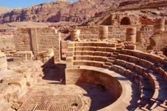Римские столбцы большого комплекса виска в городе Petra розовом, Джордане Город Petra был потерян на сверх 1000 лет стоковая фотография rf