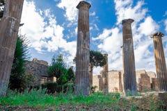Римские столбцы среди старых руин в Помпеи стоковое изображение rf