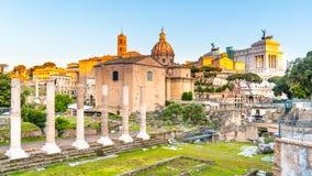 Римские форум и холм во времени восхода солнца раннего утра, Рим Capitoline, Италия стоковая фотография rf