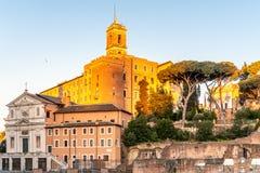 Римские форум и холм во времени восхода солнца раннего утра, Рим Capitoline, Италия стоковая фотография