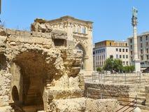 Римский амфитеатр в квадрате Santo Oronzo аркады Lecce, Италия Стоковая Фотография