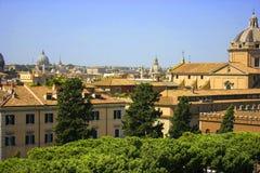 Римский городской пейзаж Старые и известные здания стоковая фотография rf