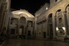 Римский дворец ` s императора к ноча в историческом городе разделения, Хорватии Стоковые Фото