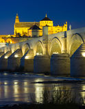 Римский мост во времени вечера cordoba Испания Стоковые Изображения