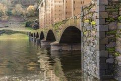 Римский мост над рекой Miño в Portomarin отстраивал заново в средних возрастах и Camino de Сантьяго Луго, Испании стоковое изображение