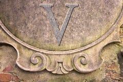 Римский номер написанный на стене штукатурки - изображение v концепции Стоковое Фото