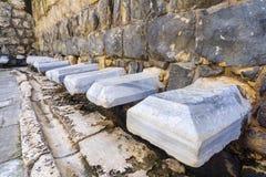 Римский общественный туалет в древнем городе держать пари Shean стоковое фото rf