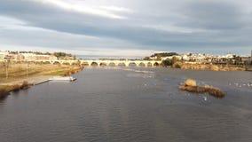 Римский пешеход Бадахоса моста заволакивает темный драматический шторм утки и гусыни острова стоковые фотографии rf