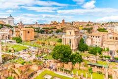 Римский форум, латинский форум Romanum, большинств важное cenre в старом Риме, Италии Вид с воздуха от холма Palatine стоковое изображение rf