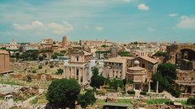Римский форум на ясный солнечный день Одно из самого известного и самого популярного туристского назначения в Риме и Италии сток-видео