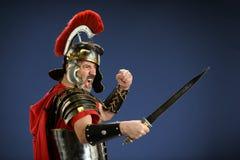 Римский центурион используя шпагу Стоковая Фотография