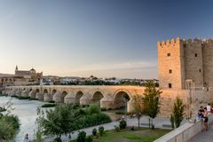 Римское река моста и Гвадалквивира, большая мечеть, Cordoba, Spai Стоковые Фото