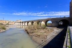 Римское река моста и Гвадалквивира, большая мечеть, Cordoba, Anda Стоковые Фотографии RF