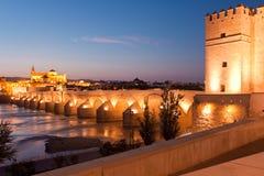 Римское река моста и Гвадалквивира, большая мечеть, Cordoba, Spai Стоковые Фотографии RF