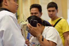 Римско-католическим женщинам дают редкий шанс целуя святого Monstrance во время праздненства городка стоковое изображение