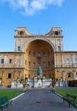 Рим. Ватикан. Della Pigna Фонтаны (фонтан конуса сосны) от первого века AD.Cityscape в солнечном дне стоковое фото rf
