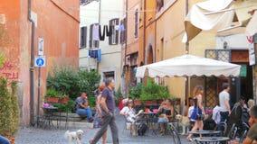 РИМ - ИТАЛИЯ, АВГУСТ 2015: перемещение людей наслаждается на улицах акции видеоматериалы