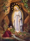 РИМ, ИТАЛИЯ: Возникновение девственницы к st Bernadette в Лурде неизвестным художником, в di Santa Maria Chiesa церков в Aquiro Стоковая Фотография