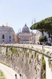 РИМ, ИТАЛИЯ - 27-ОЕ АПРЕЛЯ 2019: Взгляд от расстояния базилики St Peter от края Тибра стоковая фотография