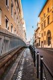 Рим, Италия - 25-ое декабря 2017 - узкая улица в центральной части o Стоковое фото RF