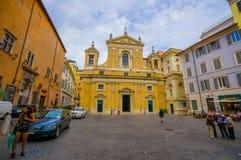 РИМ, ИТАЛИЯ - 13-ОЕ ИЮНЯ 2015: Меньшая церковь в конце улицы в середине квадрата, фасада в желтом цвете Стоковое Фото