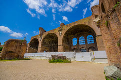 РИМ, ИТАЛИЯ - 13-ОЕ ИЮНЯ 2015: Римский форум на дне, древний город, теперь руины в середине Рима Стоковая Фотография