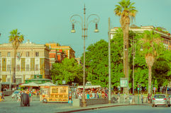 РИМ, ИТАЛИЯ - 13-ОЕ ИЮНЯ 2015: Славный парк в центре Рима, деревьев и ладоней вокруг с наслаждаться людей Стоковое Фото
