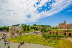 РИМ, ИТАЛИЯ - 13-ОЕ ИЮНЯ 2015: Форум и Константин Palatine сгабривают большой взгляд, зеленые естественные места Стоковые Фото