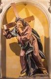 РИМ, ИТАЛИЯ - 12-ОЕ МАРТА 2016: Высекаенная статуя Иисуса с крестом в del Sacro Cuore Chiesa di Nostra Signora церков Стоковые Изображения