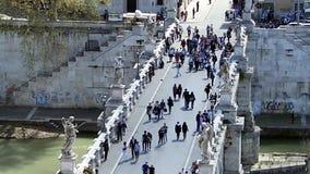 РИМ, ИТАЛИЯ - 25-ое марта 2017: Люди идут через мост к ` Angelo Castel Sant в Риме видеоматериал