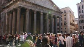 РИМ, ИТАЛИЯ - 25-ое марта 2017: Путешественники и туристы посещая пантеон Пантеон известный памятник старого сток-видео