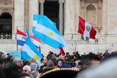 Южно - американские флаги во время Ангел Господень Папы Фрэнсиса i стоковое фото