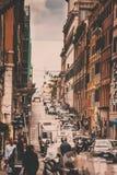 РИМ, ИТАЛИЯ, 4-ое мая 2018: Занятая торговая улица в Риме Стоковые Изображения RF