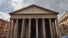 Рим, Италия - 5-ое мая 2016: Экстерьер пантеона Много туристов и экипаж лошади перед виском Рим, Италия сток-видео