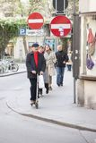 Рим, Италия, 15-ое октября 2011: Средний достигший возраста человек едет скутер вниз по улице стоковое изображение rf