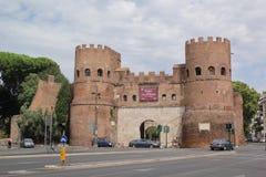 Рим, Италия - 2-ое сентября 2017: Красивые ворота Porta San Paolo в летнем дне стоковые фотографии rf