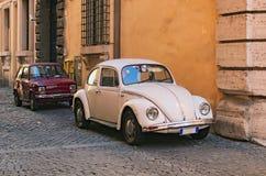 РИМ, ИТАЛИЯ - 6-ОЕ ЯНВАРЯ 2017: 2 винтажных автомобиля припарковали на стене здания Стоковое фото RF