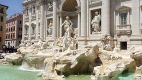 РИМ, ИТАЛИЯ - ОКОЛО май 2018: Экстерьер известного фонтана Trevi в центре города Рима, Италии акции видеоматериалы