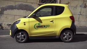 Рим, Италия - около май 2018: Электрический автомобиль в Риме Гибридный автомобиль стоя на улице в Европе сток-видео