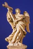 РИМ, ИТАЛИЯ, 2016: Статуя ангела с крестом в стиле барокко скульптором Ercole Ferrata от Angel& x27; мост s Стоковое Изображение